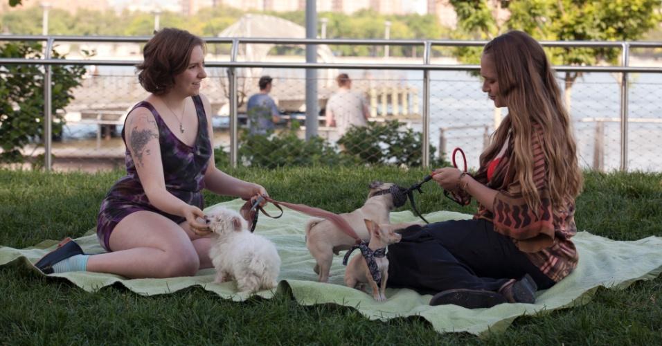 """Hanna (Lena Dunham) e Jessa (Jemima Kirke) em cena da segunda temporada de """"Girls"""""""