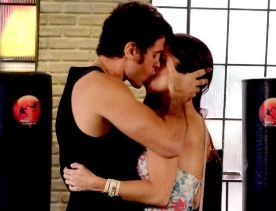 """Em """"Guerra dos Sexos"""", Lucilene se declara e beija Ulisses"""