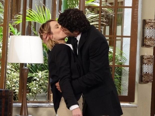 """Em """"Guerra dos Sexos"""", Nando se declara para Juliana e a beija"""