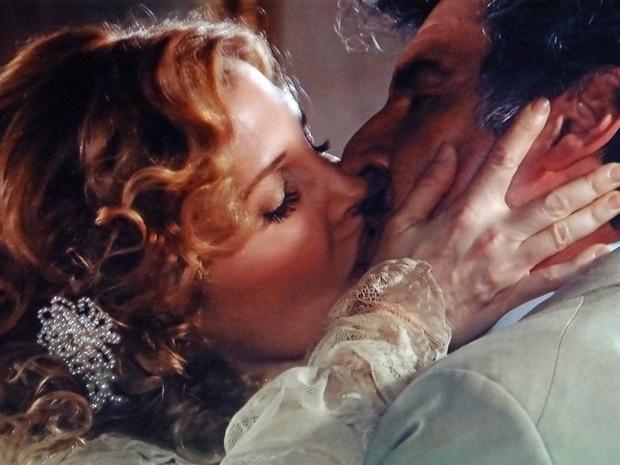 """Em """"Lado a Lado"""", Mário se declara para Diva e a beija"""