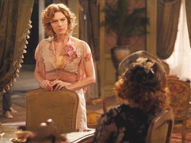 """Em """"Lado a Lado"""", Carlota diz para Constância que Laura é amante do senador"""