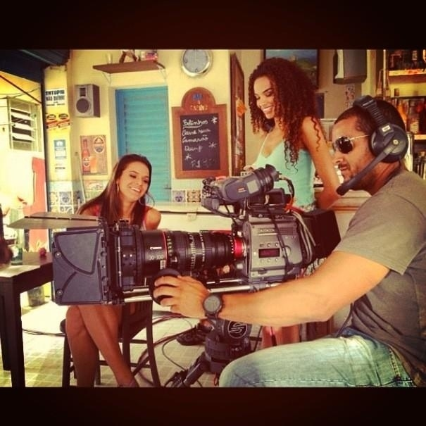 """12.jan.2013 - Bruna Marquezine e Lucy Ramos gravam cena de """"Salve Jorge"""". A imagem foi publicada no perfil oficial da novela no Twitter"""