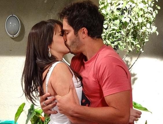 "12.jan.2013 - Em ""Guerra dos Sexos"", Carolina tenta resistir, mas beija Zenon"