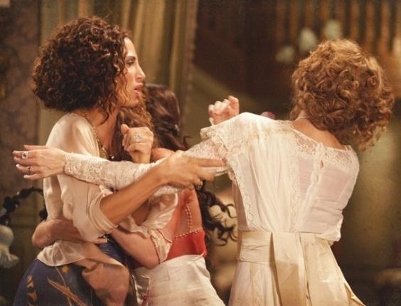 """Em """"Lado a Lado"""", Isabel parte para a agressão ao saber que Constância roubou seu filho"""