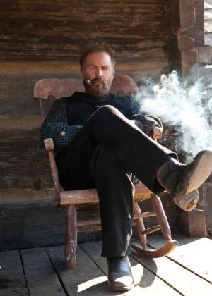 """O ator Kevin Costner na pela do patriarca Anse Hatfield, patriarca de uma das famílias que entram em conflito na minisséire """"Hatfield & McCoys"""""""