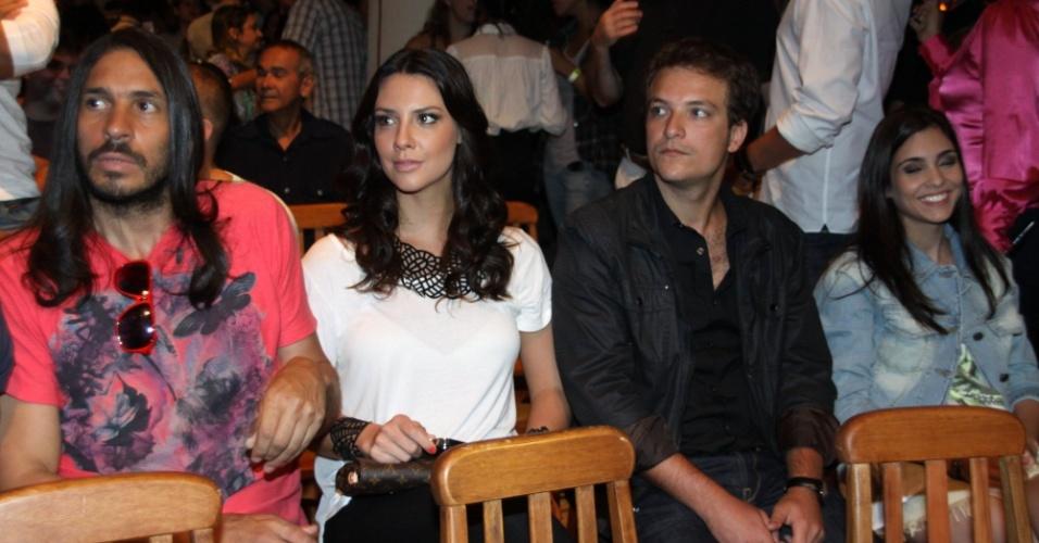 """15.jan.2013 - Camila Rodrigues e Paulo Nigro (dir.) prestigiaram o lançamento da nova minissérie da Record, """"José do Egito"""", que aconteceu no Rio"""