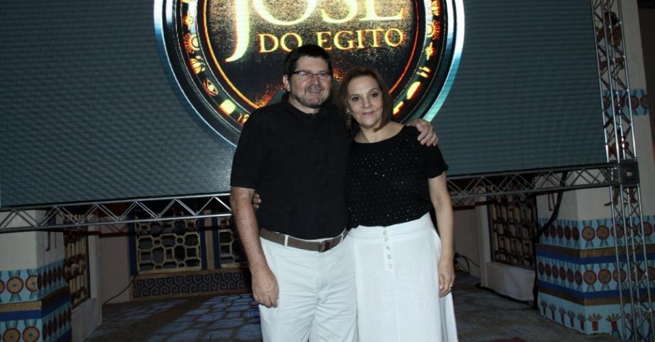 """15.jan.2013 - Celso Frateschi e Denise Del Vecchio prestigiaram o lançamento da nova minissérie da Record, """"José do Egito"""", que aconteceu no Rio"""