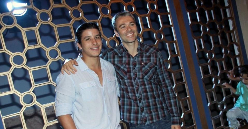 """15.jan.2013 - Ricky Tavares e Angelo Paes Leme prestigiaram o lançamento da nova minissérie da Record, """"José do Egito"""", que aconteceu no Rio"""