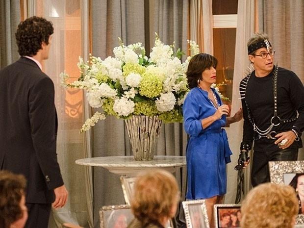 """Em """"Guerra dos Sexos"""", fantasiado de sadomasoquista, Felipe invade a casa de Roberta e a beija"""