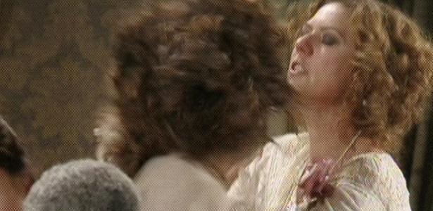 Isabel (Camila Pitanga) dá um tapa no rosto de Constância (Patricia Pillar)