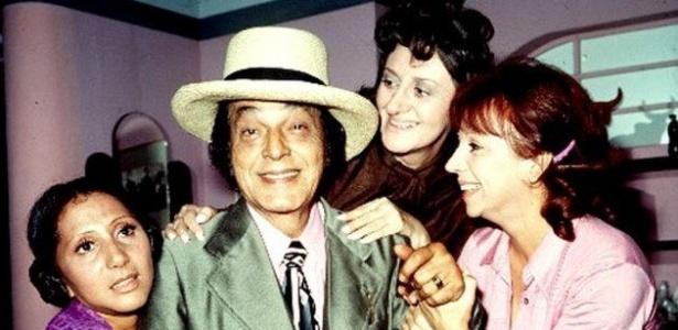 """Odorico Paraguaçu e as irmãs Cajazeiras em cena da novela """"O Bem Amado"""" (1973)"""