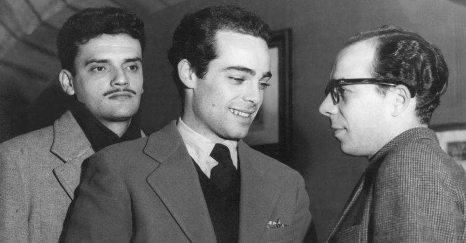 """1954 - Walmor Chagas (esq.), Rubens de Falco e Ítalo Rossi na peça """"O Prazer da Honestidade"""", de Pirandello, dirigida por Carla Civelli Jacobbi"""