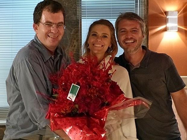 """Carolina Dieckmann ganha buquê de flores dos diretores no último dia de gravações de """"Salve Jorge"""""""