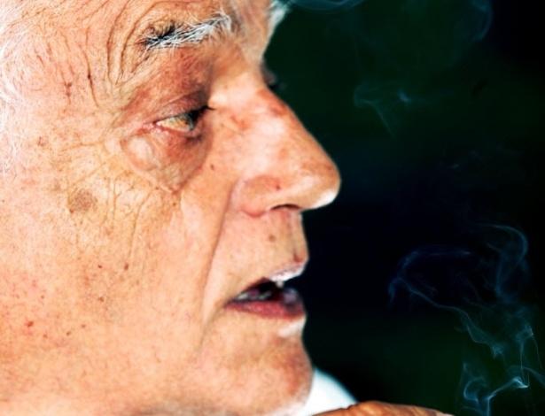 """27.março.2006 O ator Walmor Chagas, em foto de entrevista ao jornal """"Folha de S.Paulo"""". Na época, o ator atuava na novela global """"Pé na Jaca"""""""