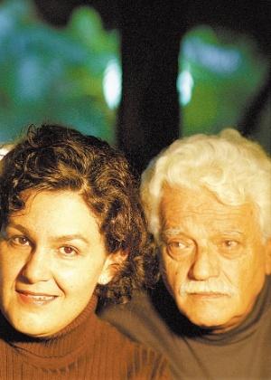 """Walmor posa ao lado da filha Clara Becker, fruto do seu relacionamento de três anos com Cacilda Becker. Clara é cantora e já dividiu o palco com o ator em """"Lua e Conhaque"""""""