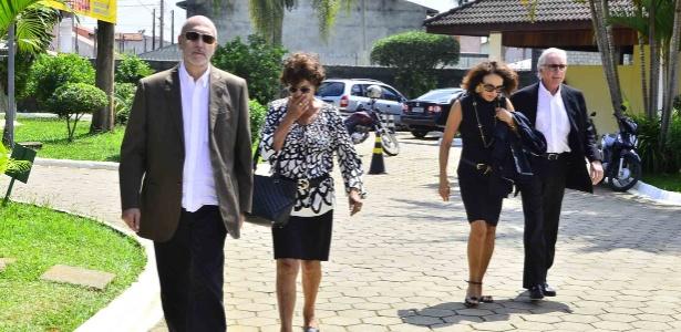 Família de Walmor Chagas chega ao cemitério Parque das Flores, em São José dos Campos