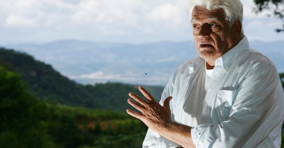 """27.março.2006 O ator Walmor Chagas, em foto de entrevista ao jornal """"Folha de S.Paulo"""". Na TV, ele começou com uma participação no programa """"Grande Teatro Tupi"""", da TV Tupi, em 1953. Mas sua estreia foi na Globo, em 1974, na novela """"Corrida do Ouro""""."""
