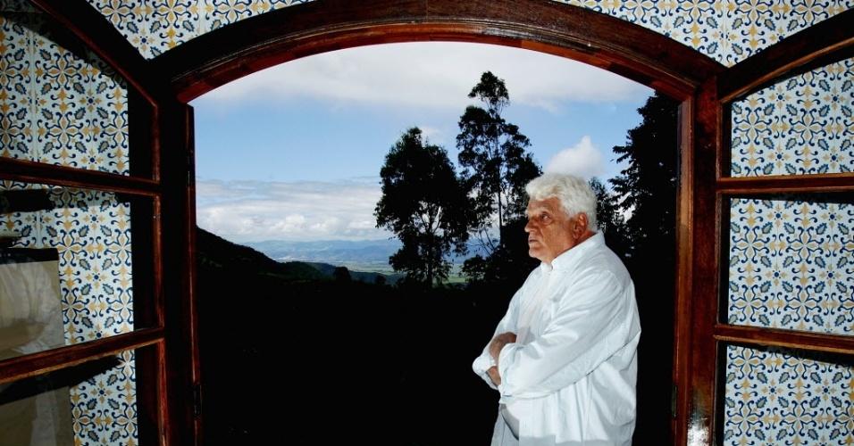 27.março.2006 O ator Walmor Chagas, na época com 75 anos, fuma um cigarro durante entrevista. Gaúcho da cidade de Alegrete, Walmor Chagas nasceu no dia 28 de agosto de 1930. Ele se mudou para São Paulo nos anos de 1950 para apostar no cinema