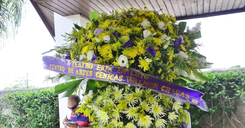 Coroa de flores do Centro de Artes Cênicas são enviadas ao velório do pai no cemitério Parque das Flores, em São José dos Campos, interior de São Paulo