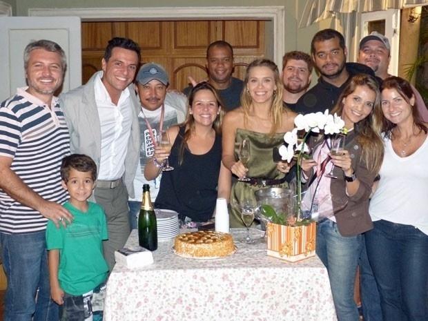 """Com bolo e champanhe, Carolina Dieckmann se despede de """"Salve Jorge"""""""