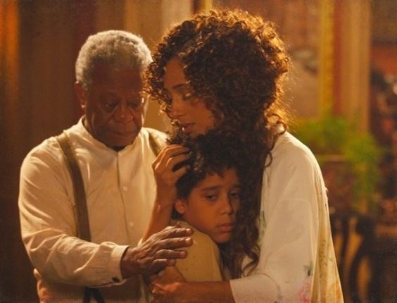 """21.jan.2013 - Em """"Lado a Lado"""", Isabel revela a Elias que é sua mãe"""