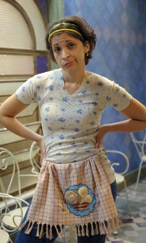 """22.jan.2013 - Em """"Pé na Cova"""", Sabrina Korgut é Adenóide, a empregada doméstica da família Pereira. Sem dúvida é a mais pobre de todas e só tem história de miséria absoluta para contar. Está longe de ser uma profissional exemplar"""