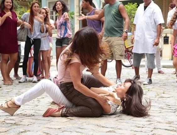 """23.jan.2013 - Em """"Guerra dos Sexos"""", Lucilene dá uma surra em Carolina"""