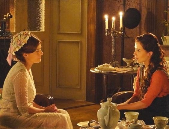 """23.jan.2013 - Em """"Lado a Lado"""", Sandra tenta revelar que é mãe de Ângelo para Laura, mas Teresa a impede"""