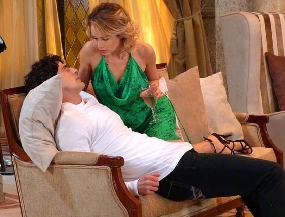 """25.jan.2013 - Em """"Guerra dos Sexos"""", Juliana se joga para cima de Nando, mas ele resiste"""