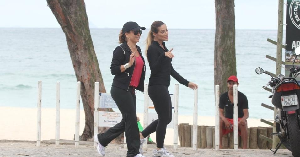 """28.jan.2013 - As atrizes Cléo Pires e Cissa Guimarães gravaram cenas de """"Salve Jorge"""" na orla da praia da Barra da Tijuca, no Rio de Janeiro"""