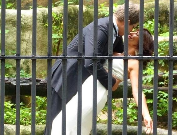 """29.jan.2013 - Em """"Guerra dos Sexos"""", Felipe sonha que beija Roberta na jaula de um tigre"""
