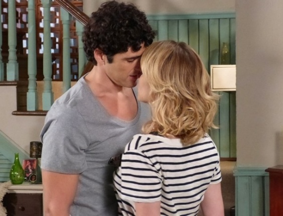"""29.jan.2013 - Em """"Guerra dos Sexos"""", Juliana tenta se declarar para Nando e o motorista a beija"""