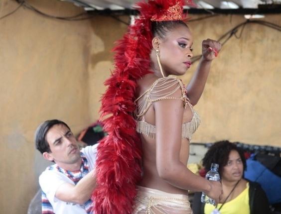 """29.jan.2013 - Roberta Rodrigues grava cenas de Carnaval para a novela """"Salve Jorge"""". A personagem Maria Vanúbia se fantasia de rainha de bateria do Complexo do Alemão"""