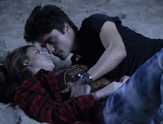 """30.jan.2013 - Em """"Malhação"""", Vitor tenta beijar Lia, mas ela o evita"""