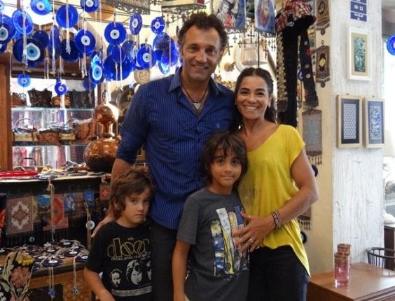 """30.jan.2013 - Domingos Montagner leva a família para acompanhar gravação de """"Salve Jorge"""""""