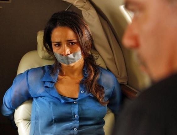 """31.jan.2013 - Em """"Salve Jorge"""", Morena é forçada a entrar em avião amordaçada rumo a Istambul"""