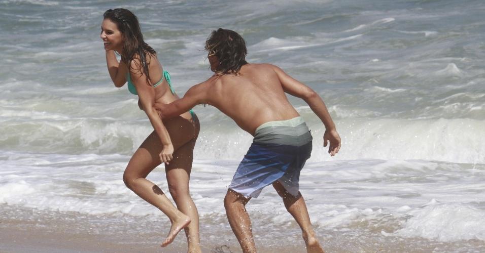 """1.fev.2013 - Mariana Rios e Ivan Mendes gravam cenas de """"Salve Jorge"""" na praia da Macumba, no Rio"""