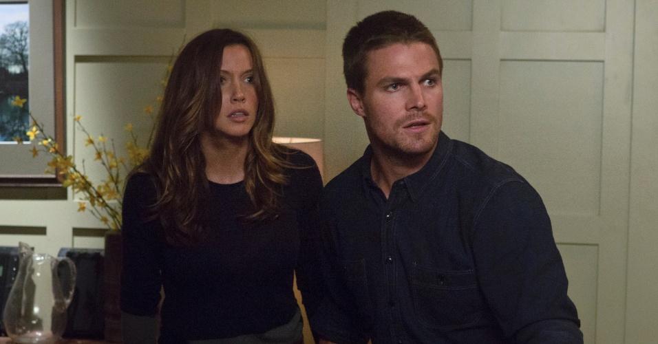 """Katie Cassidy e Stephen Amell interpretam ex-namorados na série """"Arrow"""", com a agravante de que ele é secretamente um super-herói"""