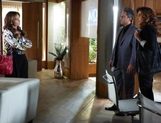 4.fev.2013 - Helô (Giovanna Antonelli) encontra Wanda (Totia Meirelles) no escritório de Stenio (Alexandre Nero), em Salve Jorge