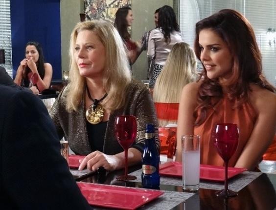 """4.fev.2013 - Irina (Vera Fischer) e Rosângela (Paloma Bernardi) conversam com produtor de comerciais na Turquia, em """"Salve Jorge"""""""