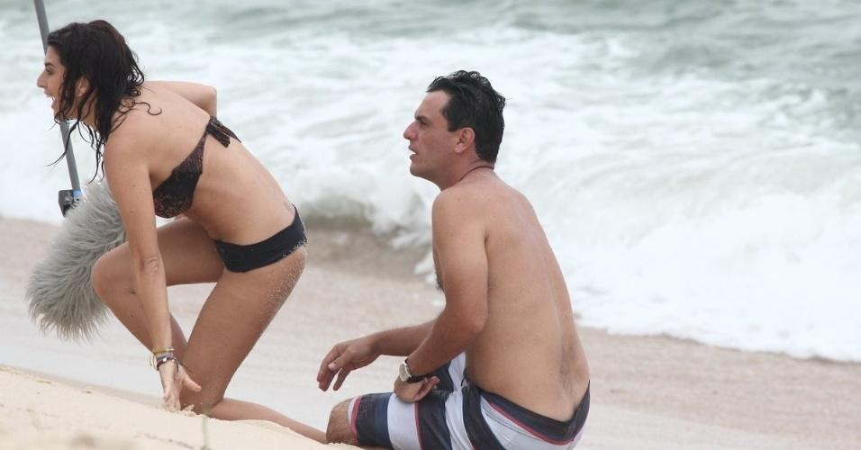 """4.fev.2013 - Rodrigo Lombardi e Fernanda Paes Leme gravam cena de """"Salve Jorge"""" na praia do Recreio, na zona oeste do Rio. Na trama, eles interpretam o capitão Théo e a tenente veterinária Márcia"""