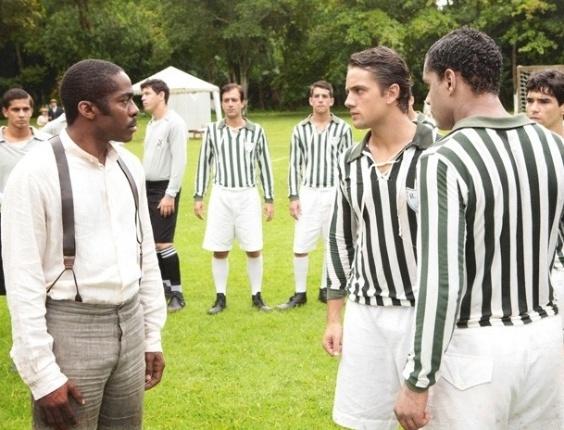 5.fev.2013 - Albertinho lança a ideia e Chico joga futebol com pó de arroz para parecer branco, em Lado a Lado