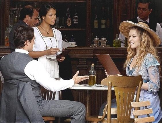 6.fev.2013 Albertinho e Esther são atendidos por Gilda em bar