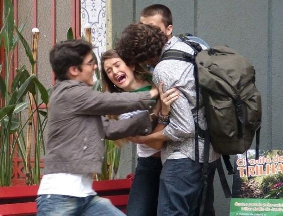 6.fev.2013 Gringos de hostel agarram Fatinha; garota é salva por Vitor