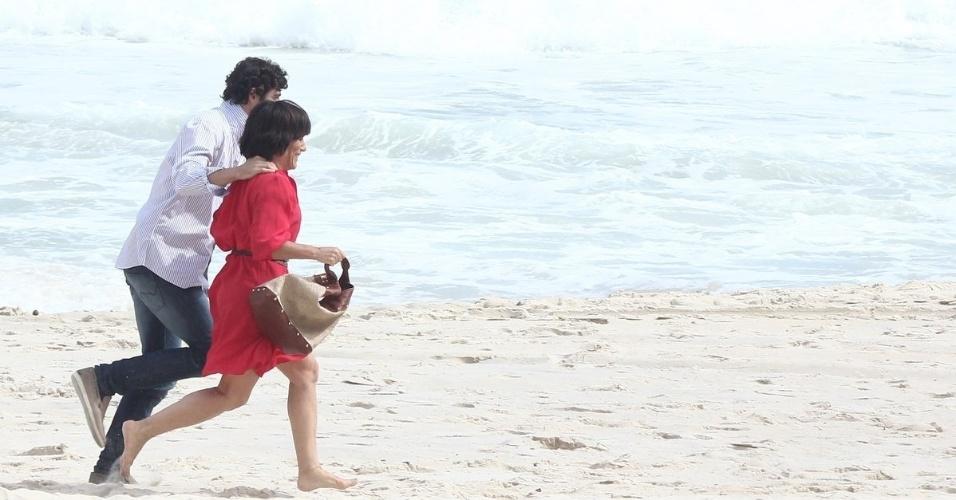 """6.jan.2013 - Gloria Pires e Reynaldo Gianecchini gravaram cenas de """"Guerra dos Sexos"""" em uma praia da zona sul do Rio"""