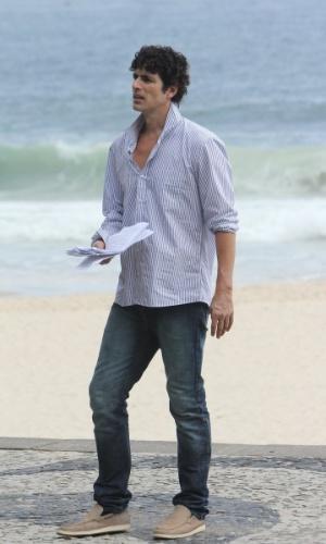 """6.jan.2013 - Reynaldo Gianecchini gravou cenas de """"Guerra dos Sexos"""" em uma praia da zona sul do Rio"""