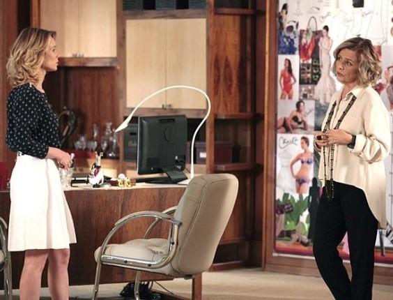 7.fev.2013 Charlô dá dura em Juliana para saber se ela está de olho em Nando