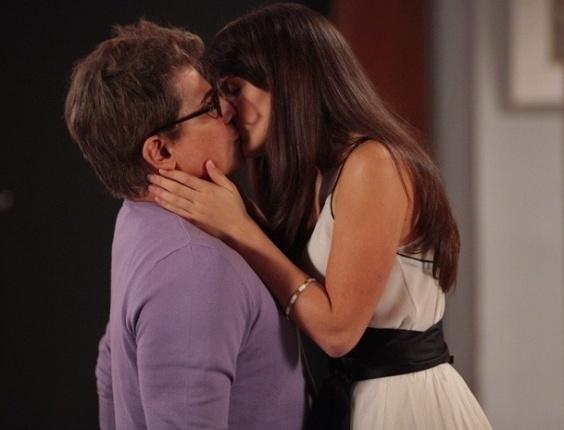 """8.fev.2013 - Em """"Guerra dos Sexos"""", Carolina usa vestido sensual e beija Felipe"""