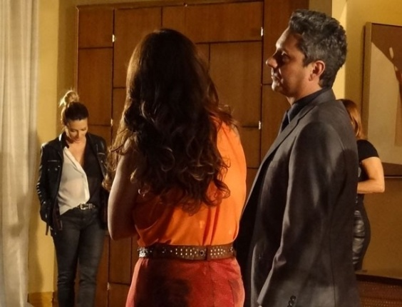 """8.fev.2013 - Em """"Salve Jorge"""", Bianca chega e estraga clima entre Stenio e Helô"""