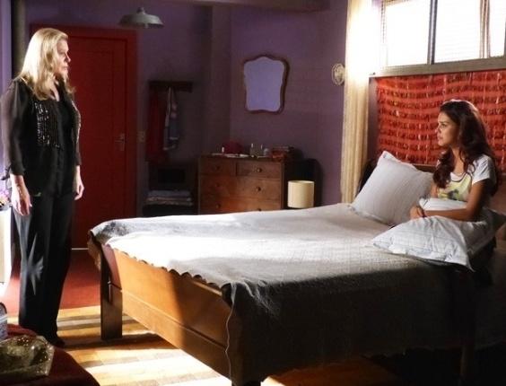 """8.fev.2013 - Em """"Salve Jorge"""", Irina diz a Rosângela que ela vai para o Brasil"""